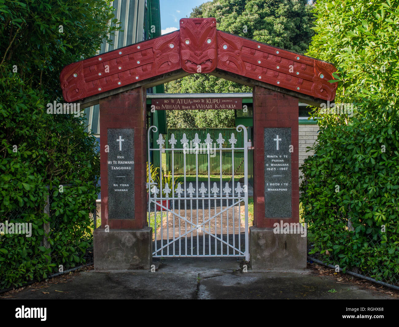 Gateway with Maori carving, Sacred Heart Catholic Church, Tolaga Bay, East Cape, North island, New Zealand - Stock Image