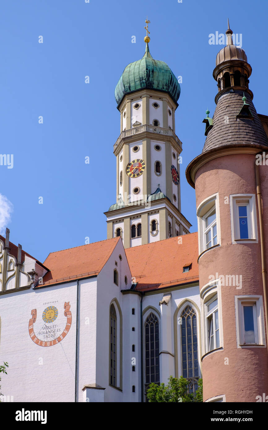 Germany, Bavaria, Augsburg, corner oriel in Kirchgasse and Basilica of SS. Ulrich and Afra - Stock Image