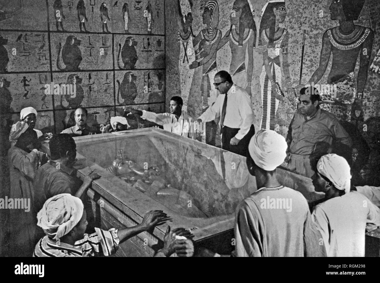 Inside Tutankhamun's tomb in 1922 Egytian experts inside the tomb of Tutankhamun which had been discovered by Howard Carter. Scanned from image material in the archives of Press Portrait Service - (formerly Press Portrait Bureau). - Stock Image