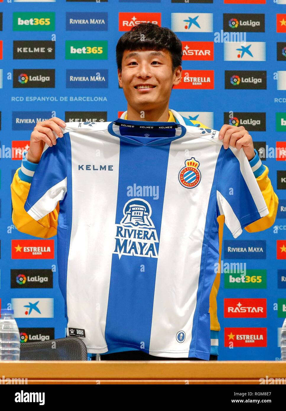 (190130) -- MADRID, Jan. 30, 2019 (Xinhua) -- Wu Lei shows his jersey at his first press conference held by RCD Espanyol in Barcelona, Spain, Jan. 29, 2019. Spanish Liga Santander club, Espanyol presented the new coming Chinese striker Wu Lei to the fans and press on Tuesday. (Xinhua/Joan Gosa) - Stock Image