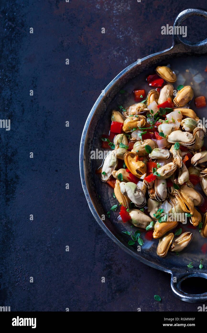 Prepared blue mussels in braising pan - Stock Image