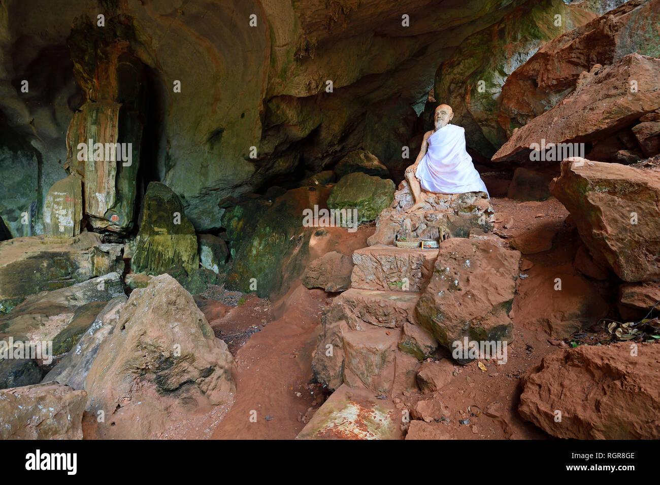 sitzende Statue eines Moenchs, Hoehlentempel Wat Tham Suwan Khuha, Phang Nga, Thailand - Stock Image