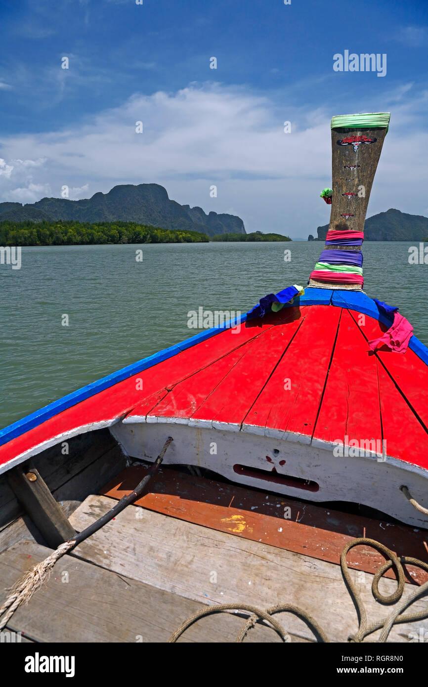 Longtailboot unterwegs in Bucht von Phang Nga, Thailand Stock Photo