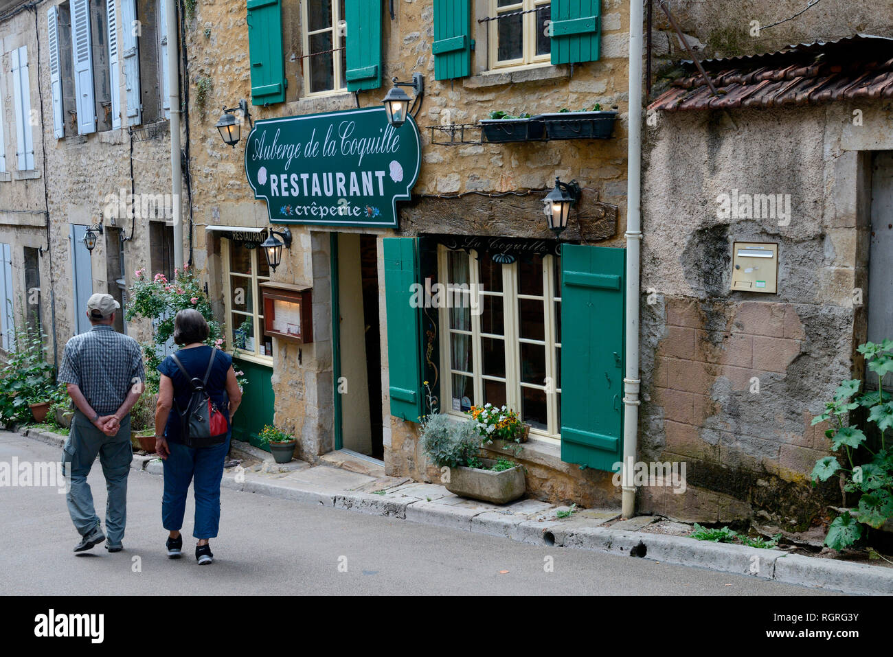 Vezelay, Dorfstrasse mit Restaurant, Vezelay, Burgund, Departement Yonne, Frankreich, Europa, Frankreich - Stock Image