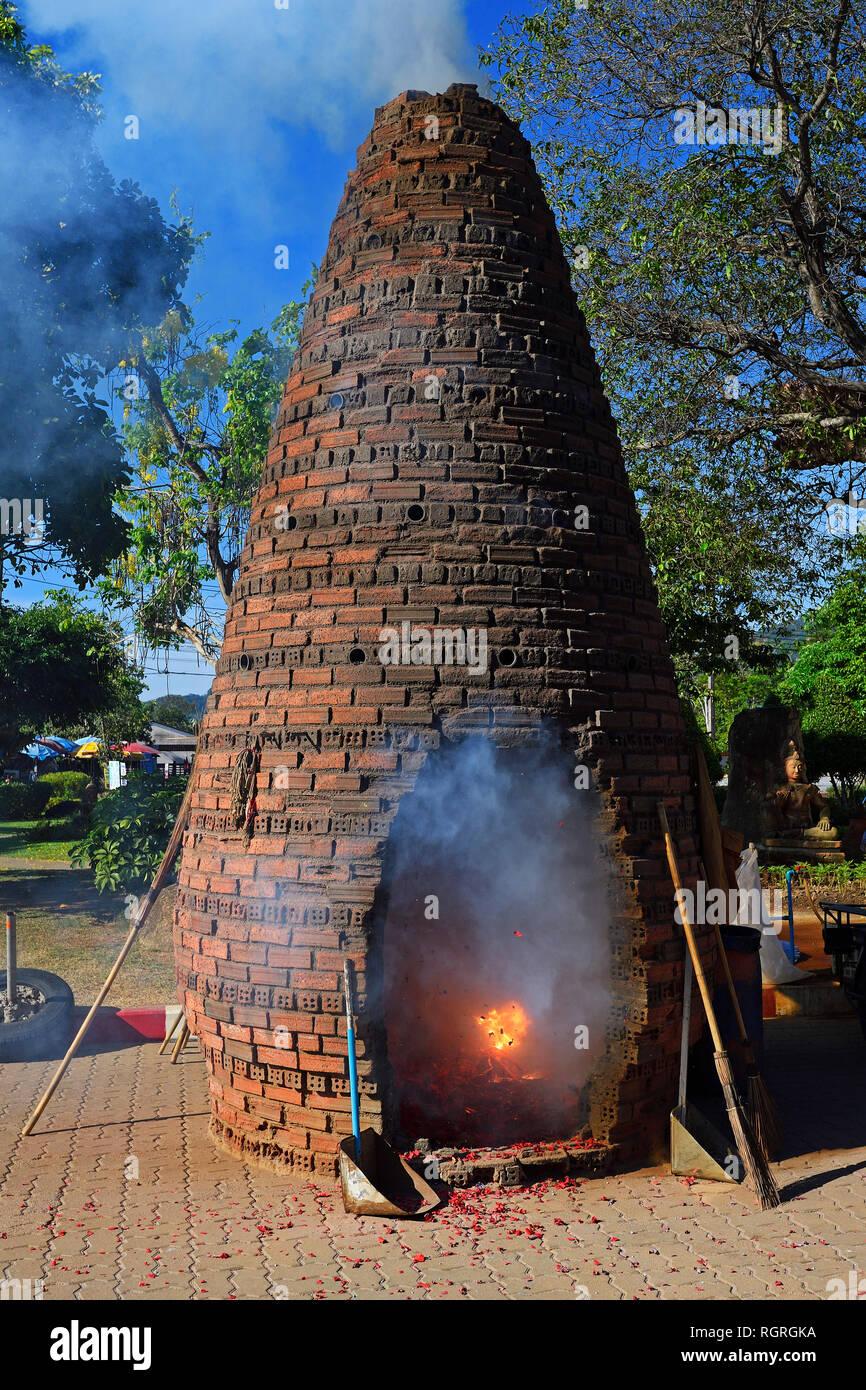 Ofen zum Abbrennen von Feuerwerkskoerpern zur Ehrung der Goetter und Aussprechen von Wuenschen, Wat Chalong, Tempel auf Phuket, Thailand - Stock Image