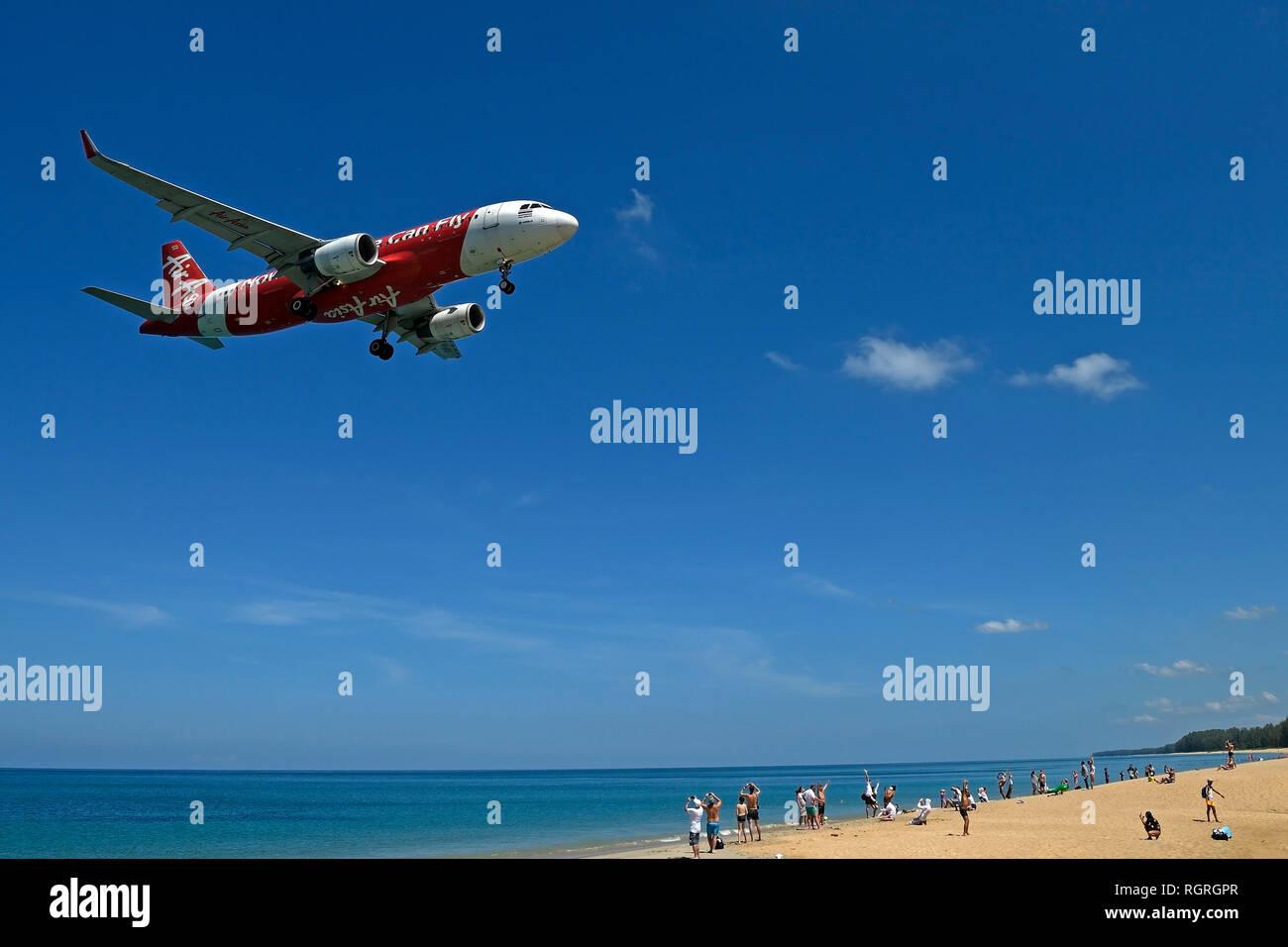 Flugzeug der Gesellschaft Air Asia, Landeanflug, Mai Kao Beach, Phuket, Thailand Stock Photo
