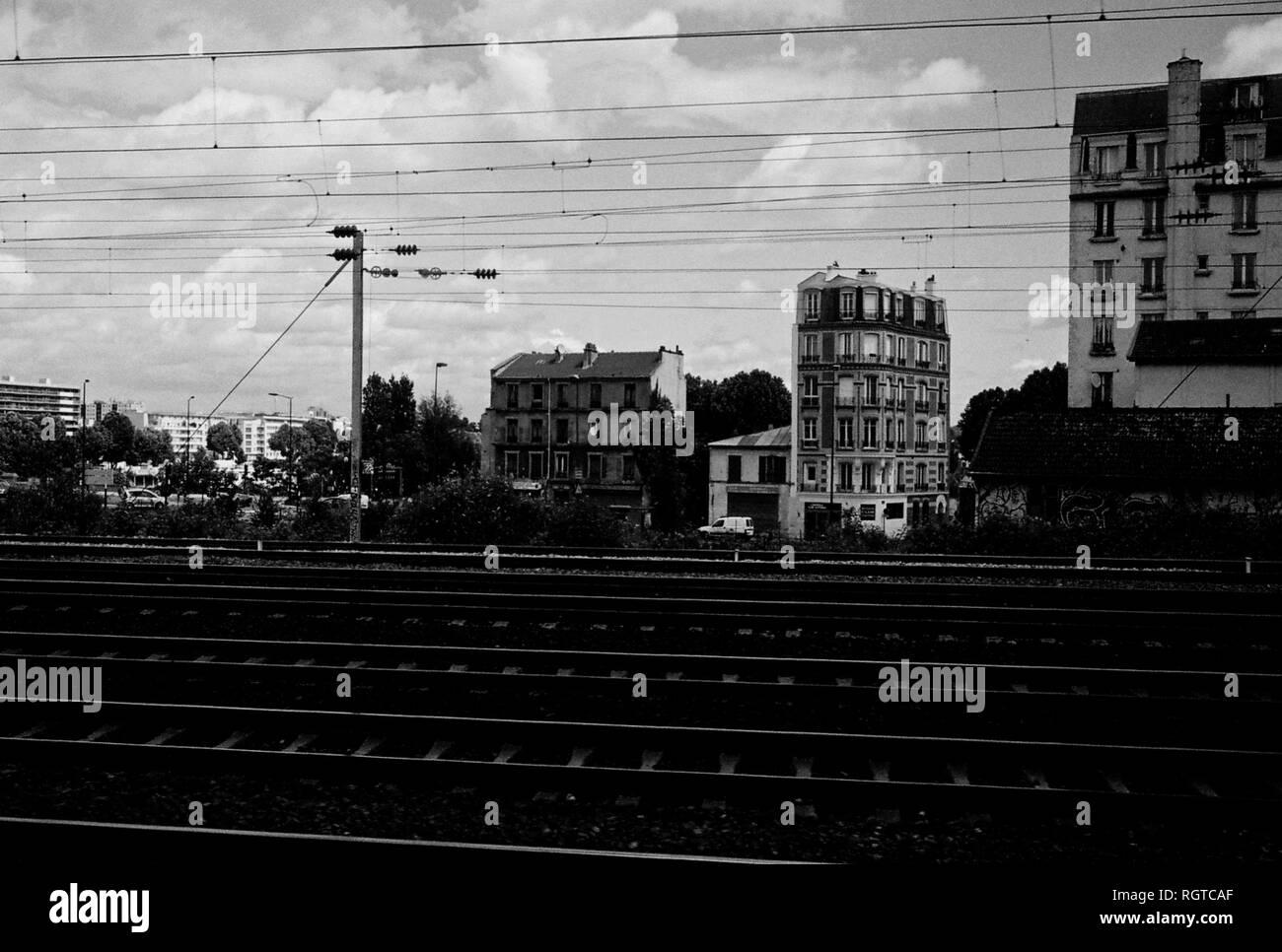 AJAXNETPHOTO. CLICHY, PARIS, FRANCE. - ACROSS THE TRACKS - VIEW LOOKING TOWARD BUILDINGS ON THE D909 NEAR THE QUAI DE CLICHY ACROSS RAIL TRACKS RUNNING FROM ASNIERES TO GARE ST.LAZARE AT CLICHY. PHOTO:JONATHAN EASTLAND/AJAX REF:CD1541_33 - Stock Image