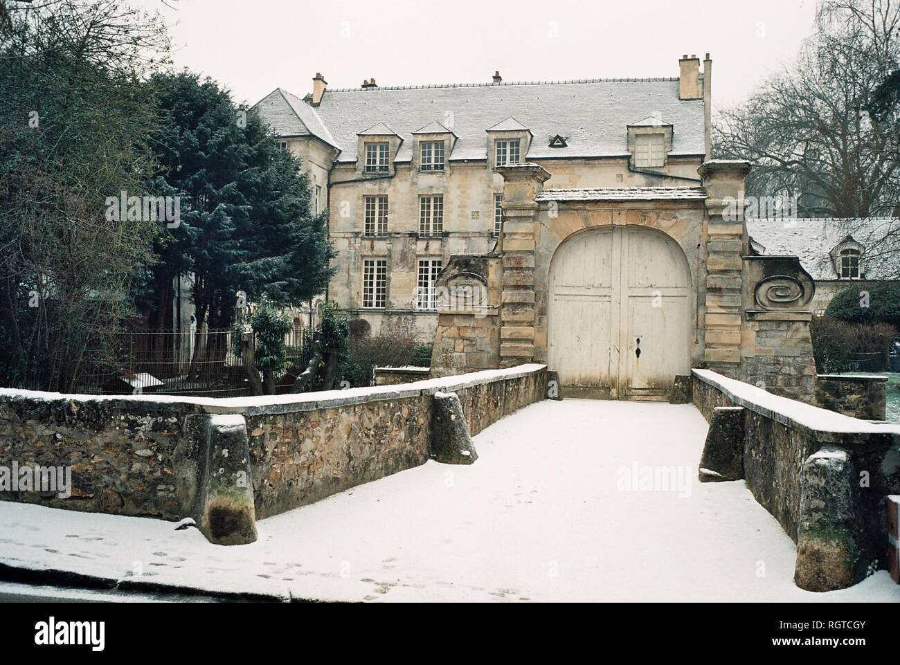 AJAXNETPHOTO. JANUARY, 2009.- LOUVECIENNES,FRANCE. SCENE SUBJECT OF A VIEW PAINTED BY JEANNE BAUDOT 1877 - 1957 - 'LE CHATEAU DU PONT EN HIVER, EFFET DE NEIGE, 1948.' THE BRIDGE HOUSE IN WINTER, EFFECT OF SNOW. PHOTO:JONATHAN EASTLAND/AJAX REF:CD2587 30 29A Stock Photo