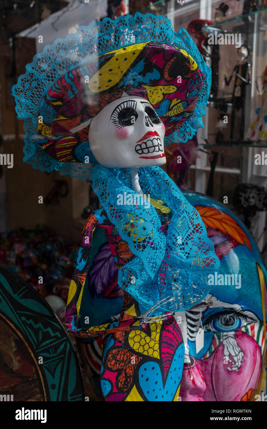 window display showing 'La Calavera Catrina' (Dapper Skeleton, Elegant Skull) as a model of a human figure - Stock Image
