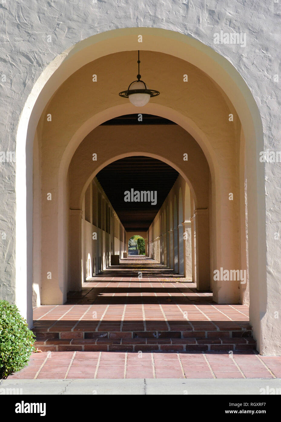 Arched walkway on the campus of the California Institute of Technology, Pasadena, California, USA; Caltech pathway with arches. - Stock Image