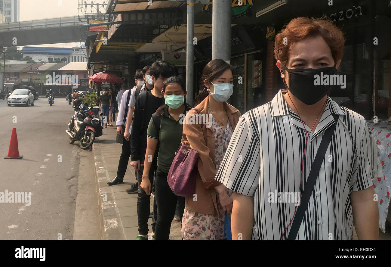 Bangkok, Thailand. 31st Jan, 2019. People in the Thonglor district wear masks to protect themselves from smog. Due to the ongoing smog over Bangkok, many students in Thailand's capital have no school until next week. On Wednesday, the city council ordered that more than 400 state schools be closed with immediate effect due to air pollution. Credit: Christoph Sator/dpa/Alamy Live News - Stock Image