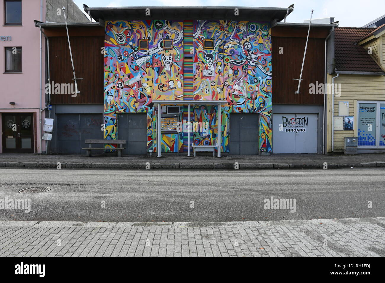 Haugesund Bushaltestelle vor bunt bemalter Wand Stock Photo