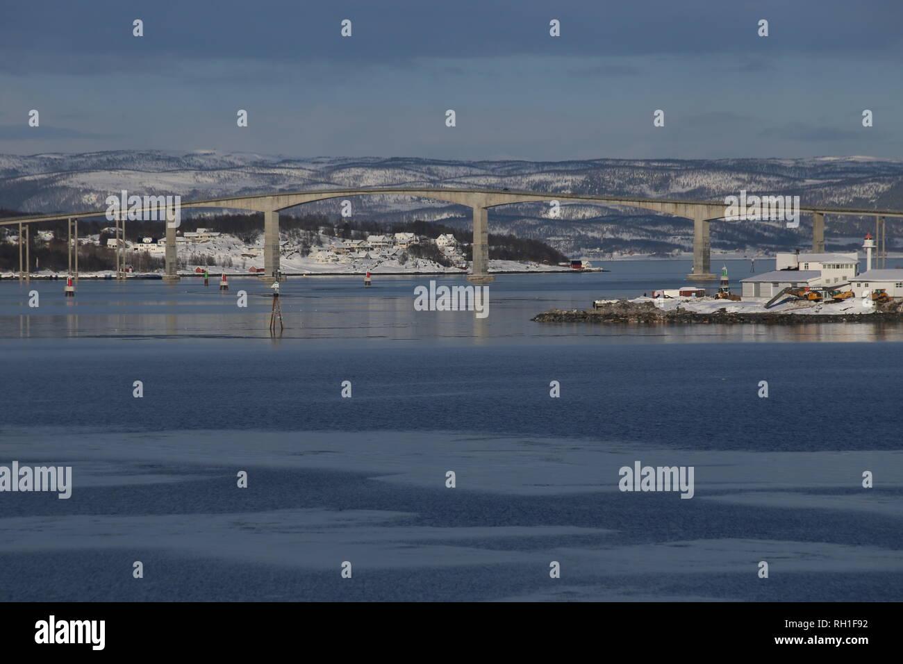 Die Gisund-Brücke befindet sich in der norwegischen Provinz Fylke. Es ist eine Auslegerbrücke. Stock Photo