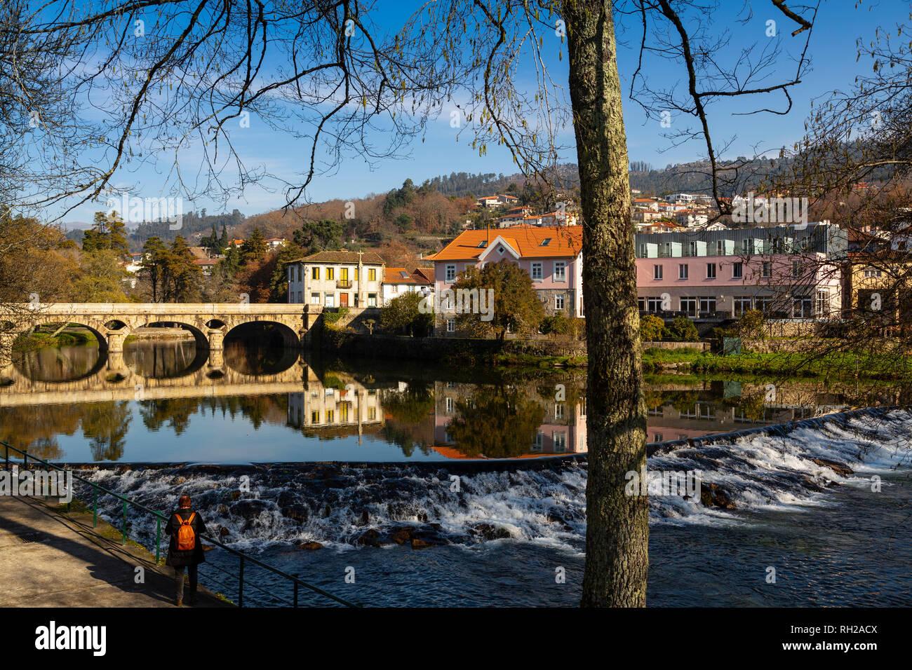 Ancient bridge, Vez river and village of Arcos de Valdevez. Viana do Castelo, Alto Minho region. Northern Portugal, Europe - Stock Image