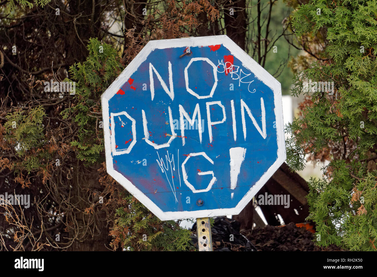 Hand-painted no dumping sign - Stock Image