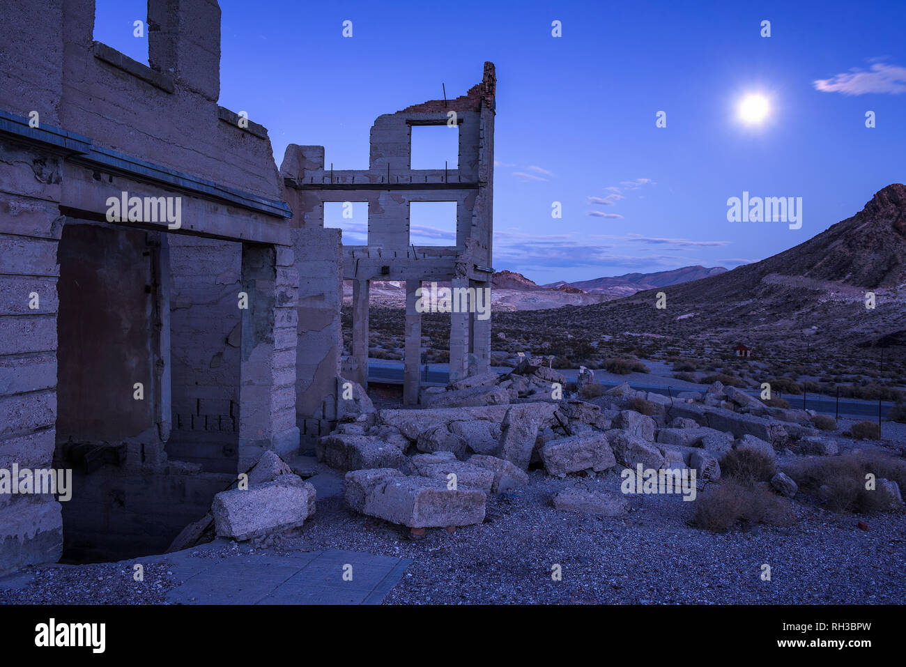Abandoned building in Rhyolite, Nevada at night with full moon - Stock Image