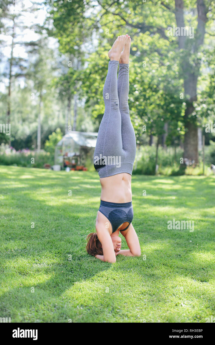 Woman doing headstand - Stock Image
