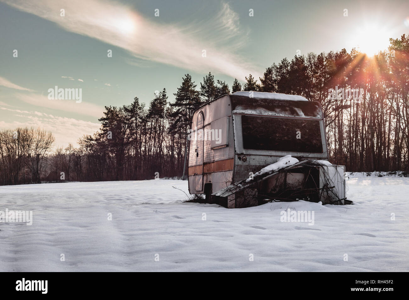 c083ef0346774d Beautiful photo of old and abandoned caravan in the middle of snow covered  meadow in Winter