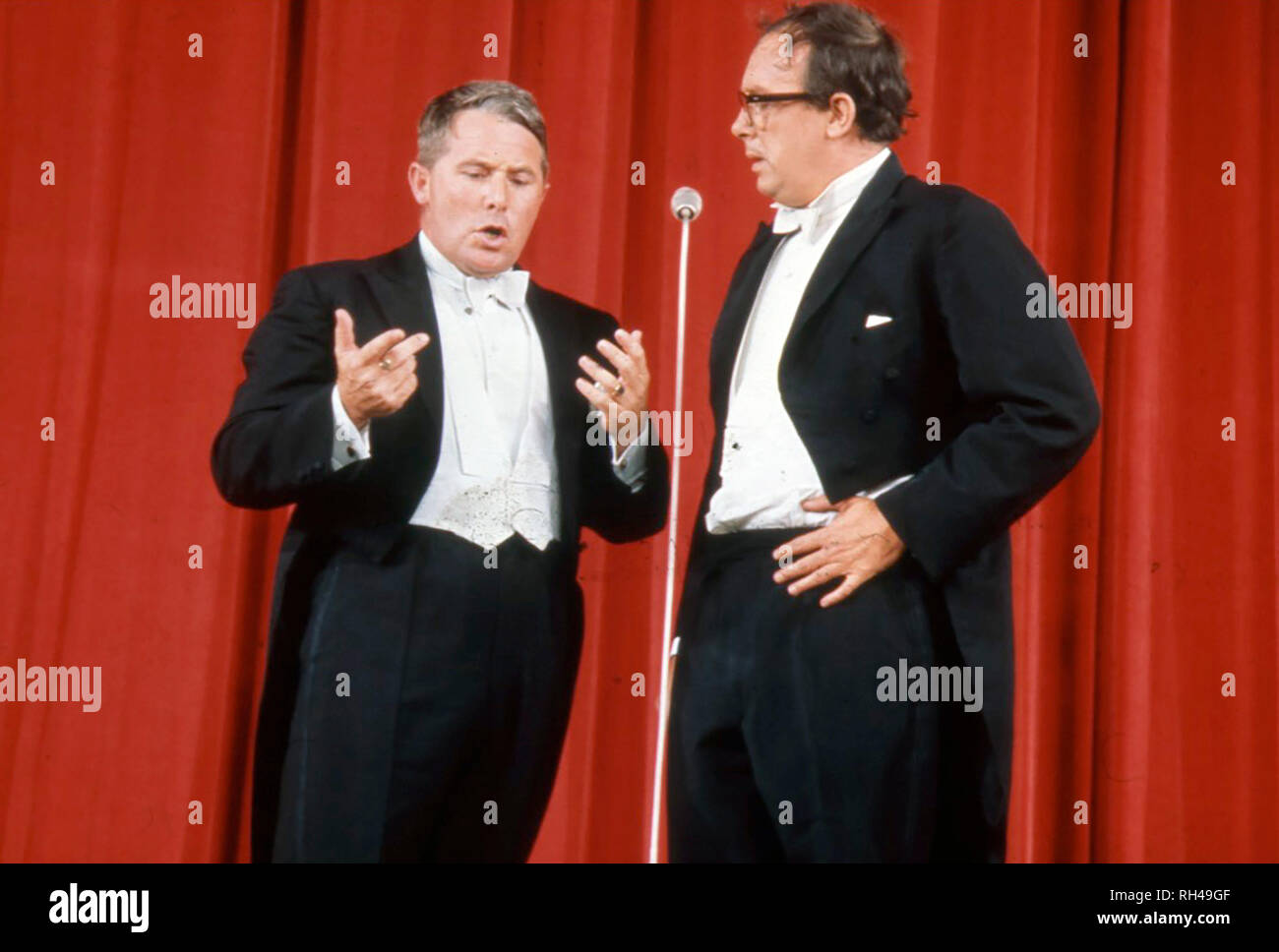 MORECAMBE AND WISE English comic double act with Ernie Wise at left and Eric Morecambe - Stock Image