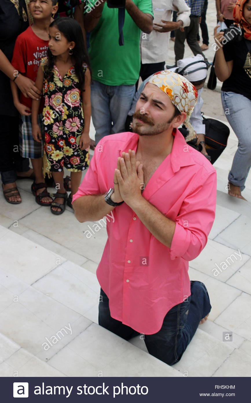 Bollywood actor Neil Nitin Mukesh offers prayer at the Bangla Saheb Gurudwara for the success of his latest movie Shortcut Romeo, in New Delhi, India on June 18, 2013. Shortcut Romeo, scheduled for release on June 21, is a romantic crime thriller produced by Susi Ganeshan which is a Hindi remake of the filmmaker's own Tamil film Thiruttu Payale, starring Neil Nitin Mukesh, Puja Gupta and Ameesha Patel. The film was screened at Marche du Film at Cannes Film Festival in May 2013. (Imtiyaz Khan) - Stock Image