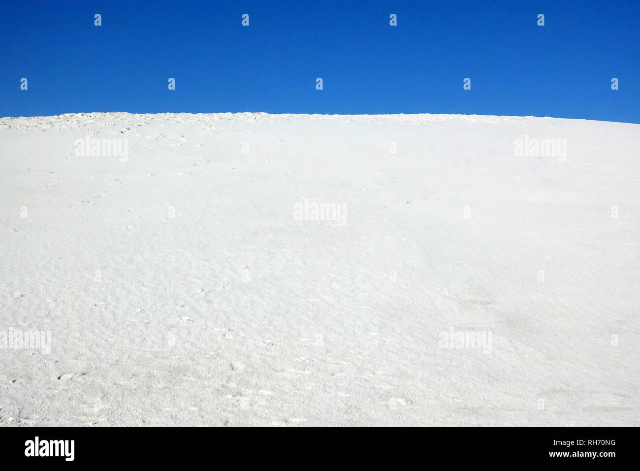 The white sand meets the blue sky in White Sands, New Mexico. - Stock Image