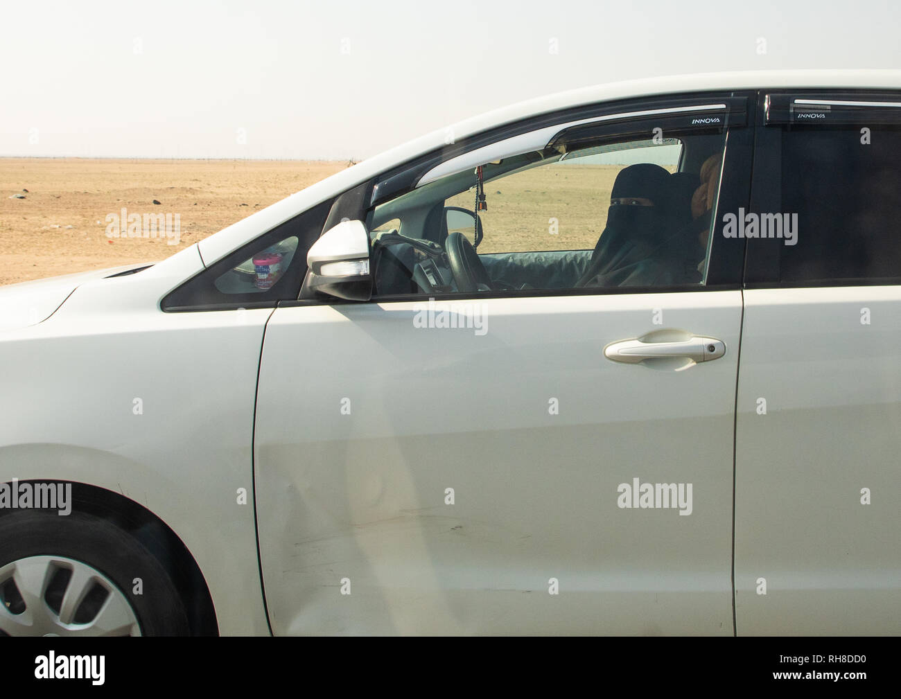 Saudi woman driving alone in a car on the highway, Mecca province, Jeddah, Saudi Arabia - Stock Image