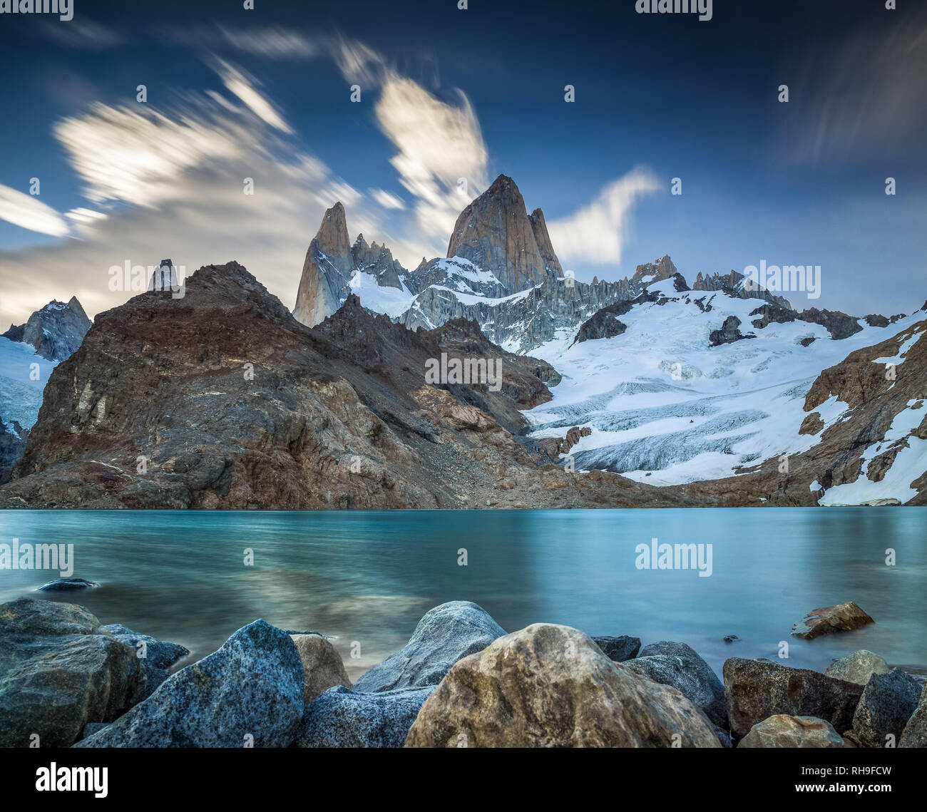 a long exposure picture in the last rays of light at Laguna de Los Tres with iconic Mount Fitz Roy - Stock Image