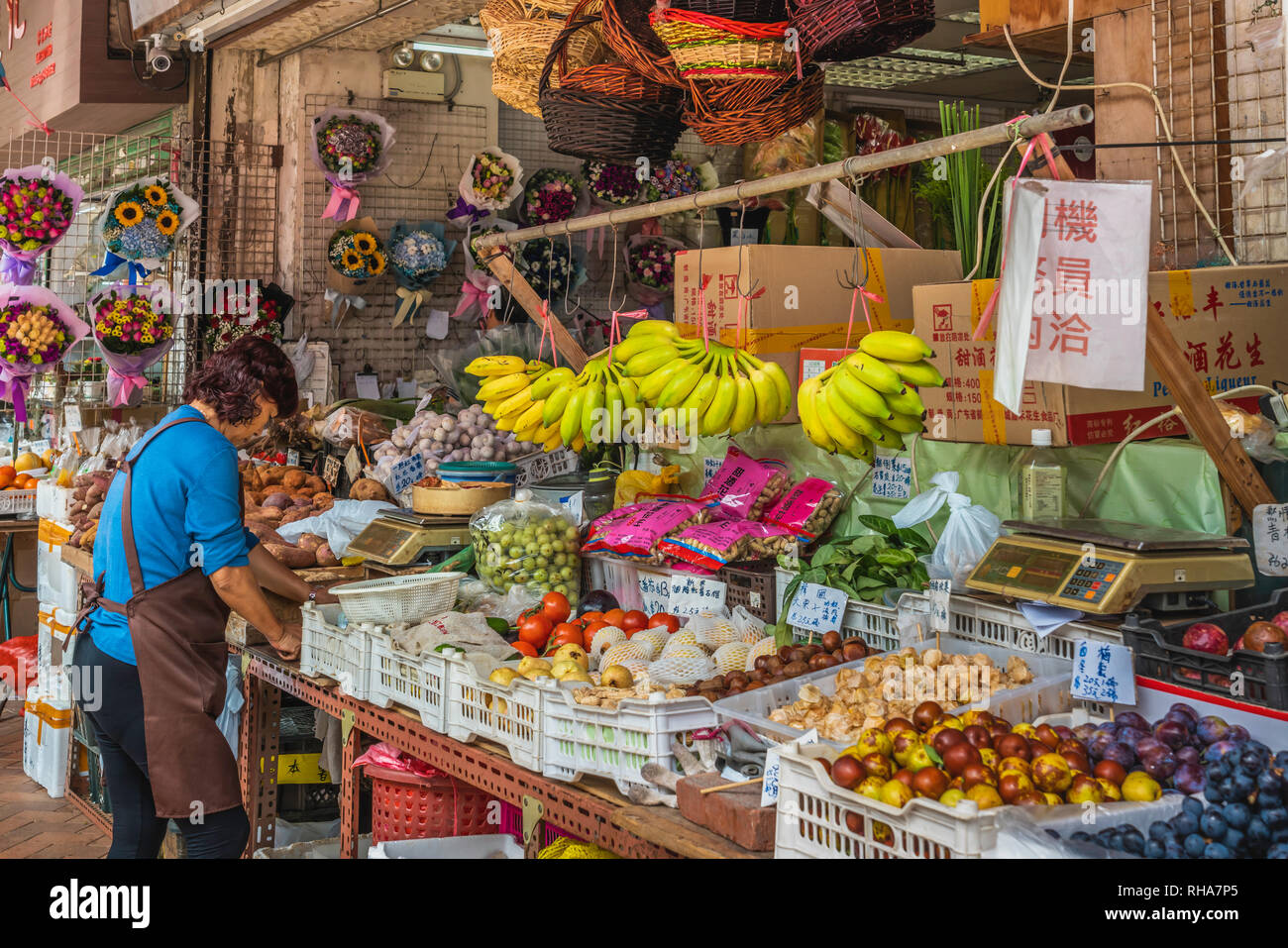 Flower and fruit shop at the Flower Market in Kowloon, Hong Kong, China, Asia. - Stock Image