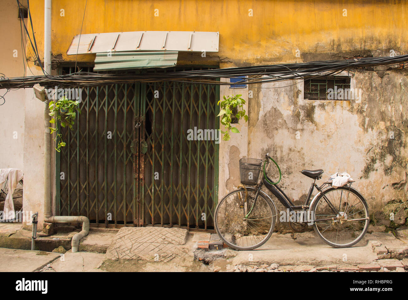A small house down a back alley in the old quarter of Hanoi, Vietnam Stock Photo
