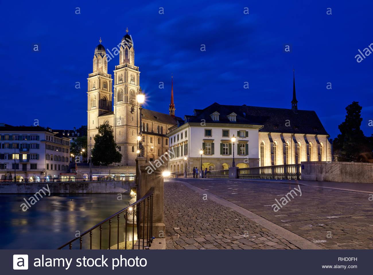 Zürich zur blauen Stunde mit Blick über die Münsterbrücke Richtung Grossmünster und Helmhaus - Stock Image