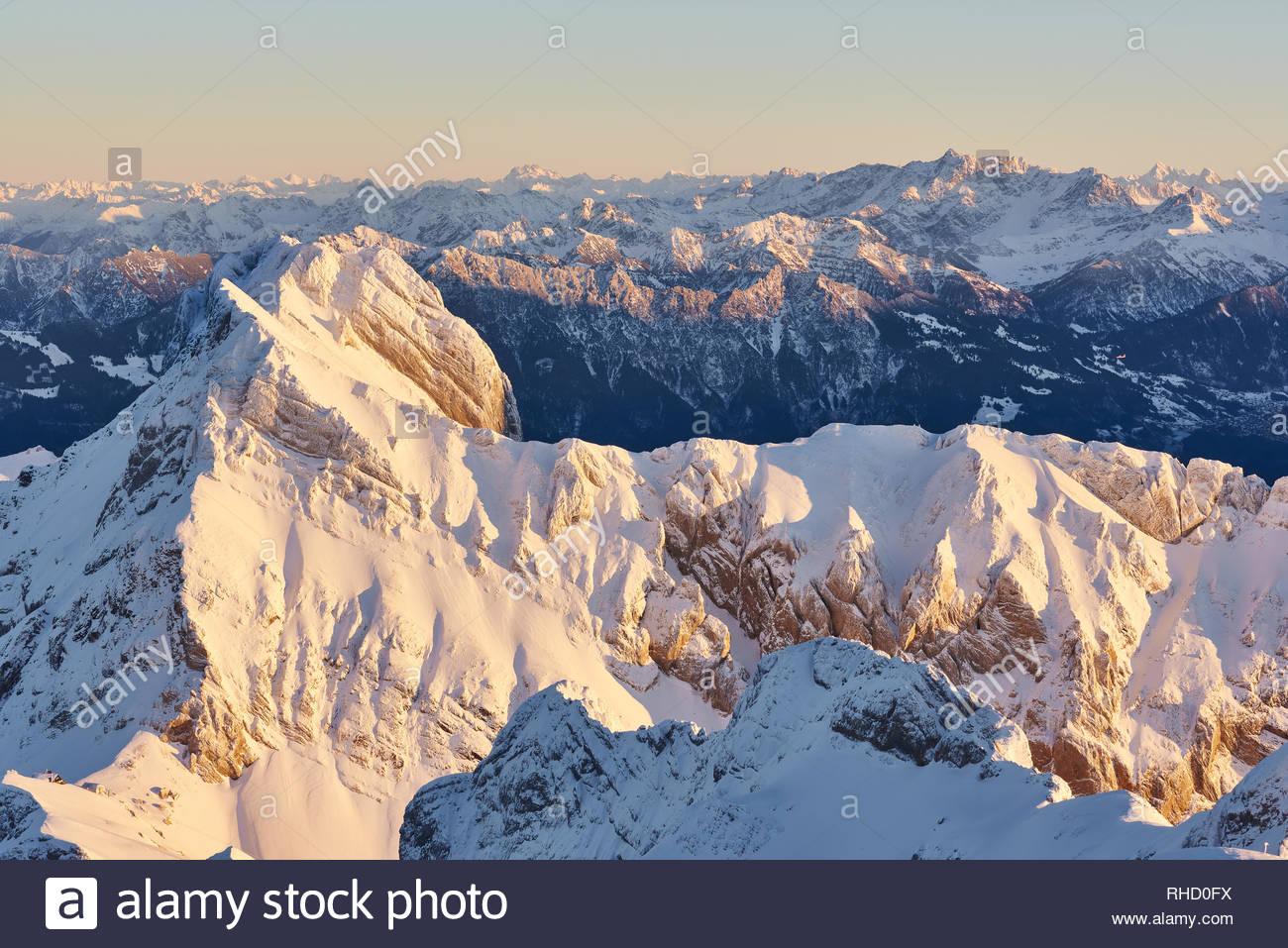 Blick vom Säntis im Abendlicht, schneebedeckte Berge, Felsen, Panorama, Himmel - Stock Image