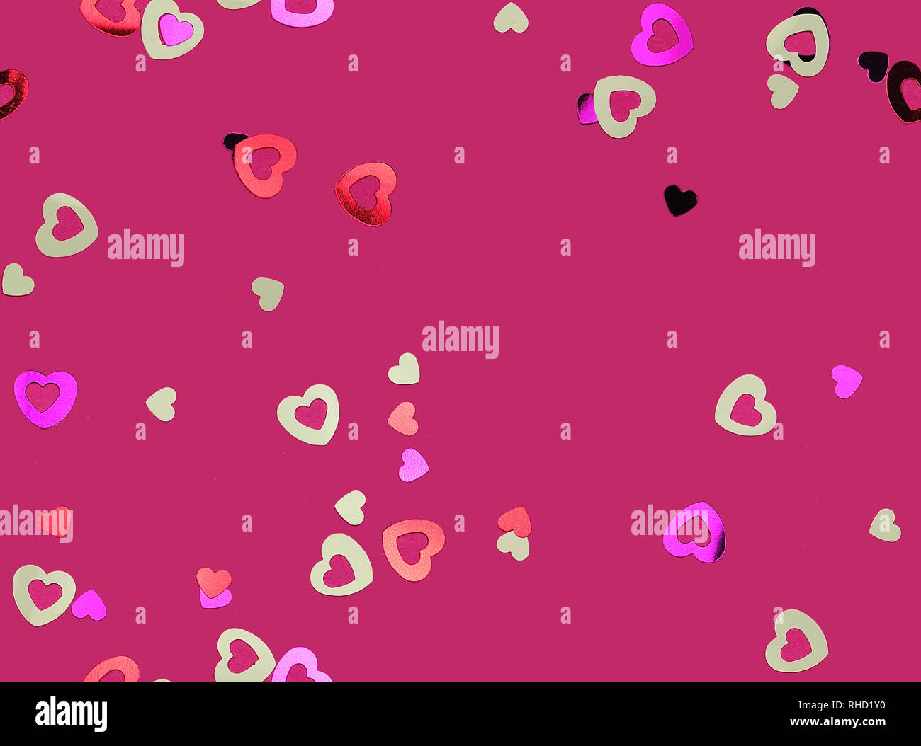 seamless pattern with little glimmering hearts on purple background - Stock Image