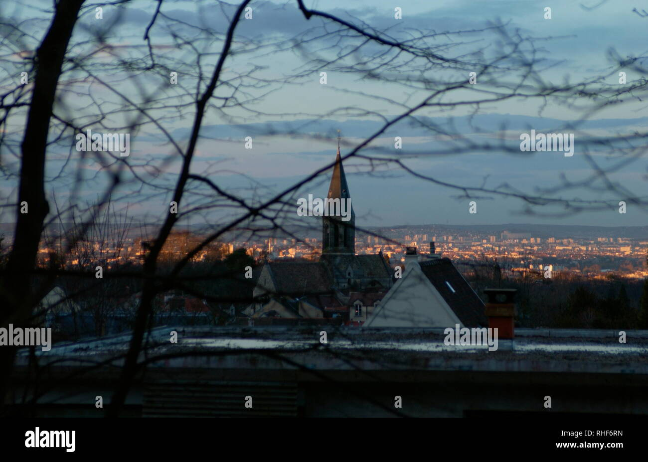 AJAXNETPHOTO. 2006. LOUVECIENNES,FRANCE. - VILLAGE CENTRE - LOOKING NORTH BY NORTH WEST TOWARD THE VILLAGE CHURCH -  EGLISE SAINT-MARTIN - AND BEYOND TO CROISSY SUR SEINE AND LE VESINET LIT BY THE SETTING SUN, FROM NEAR THE TOP OF RUE DU MARECHAL JOFFRE. A SCENE VIEWED BY 19TH CENTURY IMPRESSIONIST ARTISTS WHO LIVED IN AND VISITED THE AREA. PHOTO:JONATHAN EASTLAND/AJAX REF:D62903 776 Stock Photo