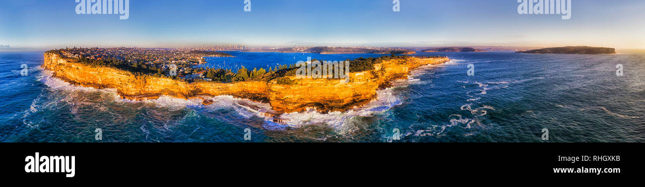 Sandstone cliffs of Sydney Eastern suburbs forming Sydney harbour south head protecting the city from open wild waves of Pacific ocean. - Stock Image