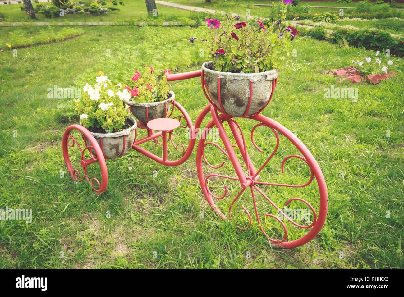 Decor for the garden of the garden in the form of a vintage bike