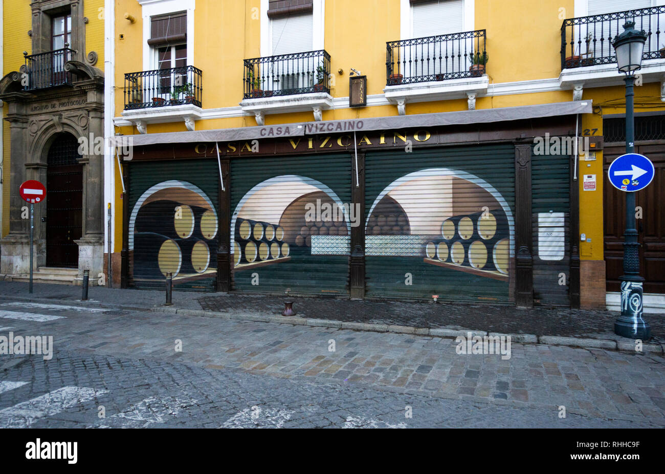 Casa Vizcaino, a popular bar on Calle Feria in Seville, Spain, closed for siesta - Stock Image