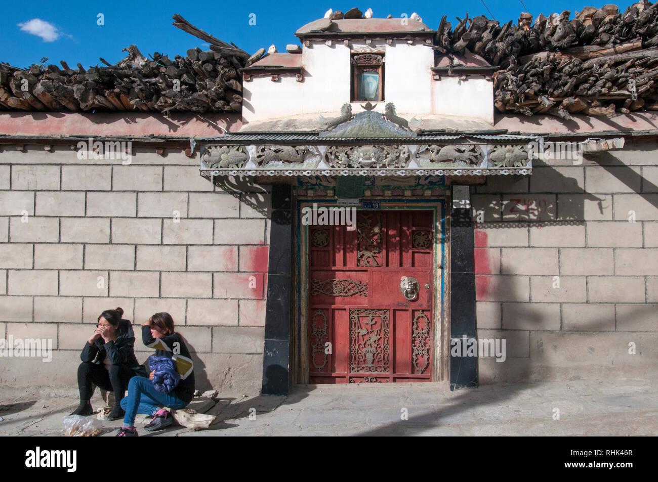Ethnic Tibetans outside a traditional dwelling at Tsetang, Tibet, China - Stock Image