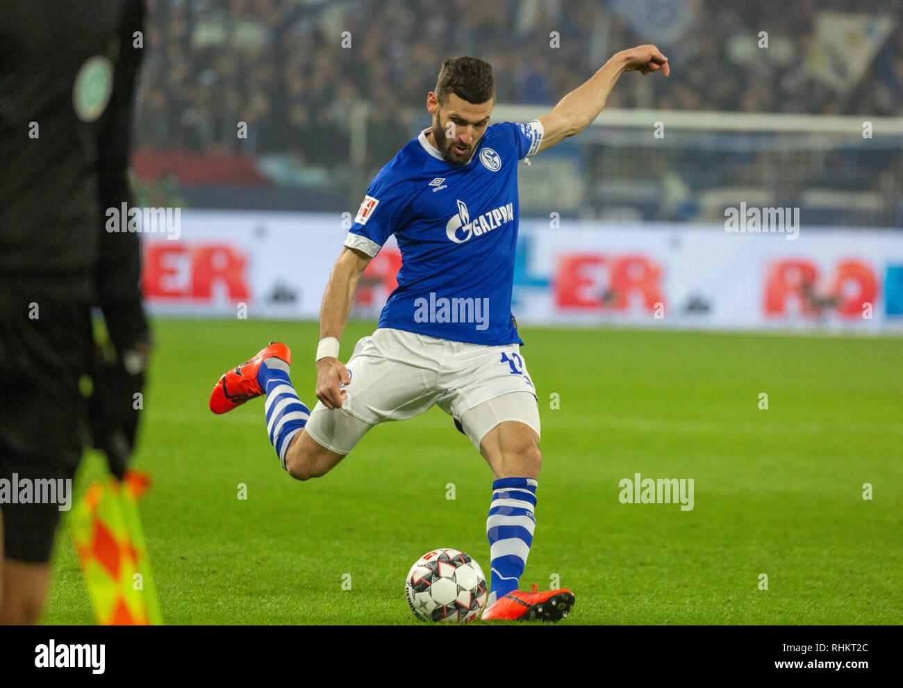 sports, football, Bundesliga, 2018/2019, FC Schalke 04 vs Borussia Moenchengladbach 0-2, Veltins Arena Gelsenkirchen, scene of the match, cross by Daniel Caligiuri (S04), DFL REGULATIONS PROHIBIT ANY USE OF PHOTOGRAPHS AS IMAGE SEQUENCES AND/OR QUASI-VIDEO - Stock Image