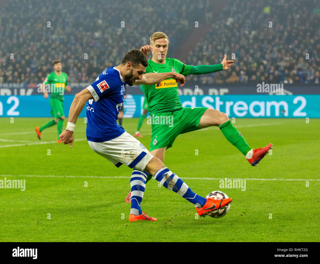 sports, football, Bundesliga, 2018/2019, FC Schalke 04 vs Borussia Moenchengladbach 0-2, Veltins Arena Gelsenkirchen, scene of the match, cross by Daniel Caligiuri (S04), right Oscar Wendt (MG), DFL REGULATIONS PROHIBIT ANY USE OF PHOTOGRAPHS AS IMAGE SEQUENCES AND/OR QUASI-VIDEO - Stock Image