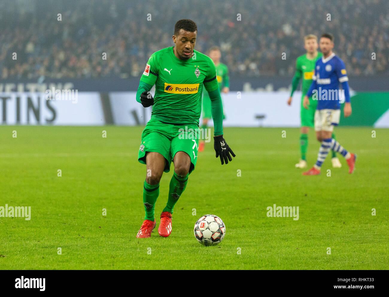 sports, football, Bundesliga, 2018/2019, FC Schalke 04 vs Borussia Moenchengladbach 0-2, Veltins Arena Gelsenkirchen, scene of the match, Alassane Plea (MG) in ball possession, DFL REGULATIONS PROHIBIT ANY USE OF PHOTOGRAPHS AS IMAGE SEQUENCES AND/OR QUASI-VIDEO - Stock Image