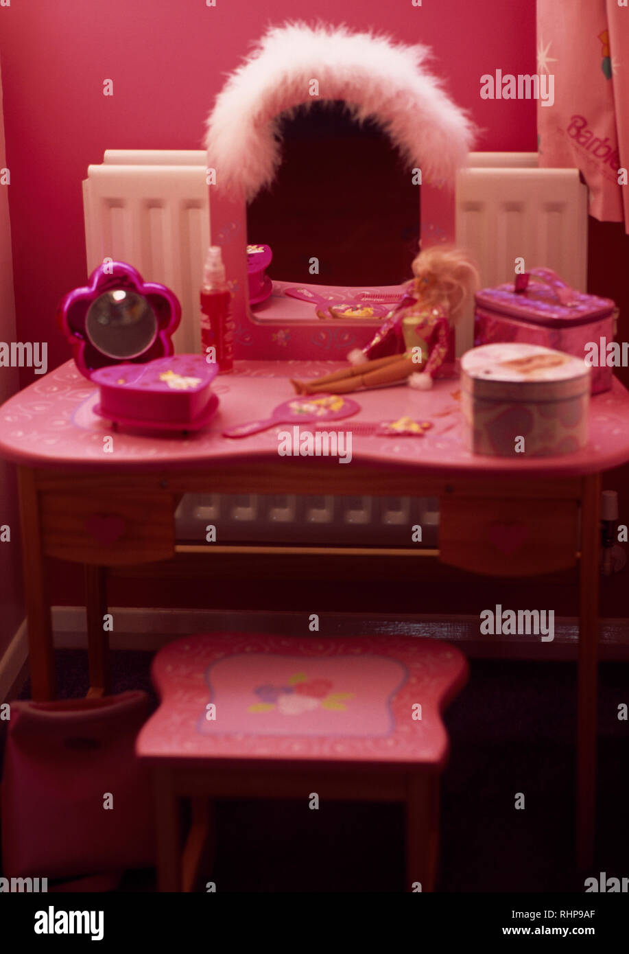 huge discount 86548 3c81a Pink painted stool and dressing table in girl's bedroom ...