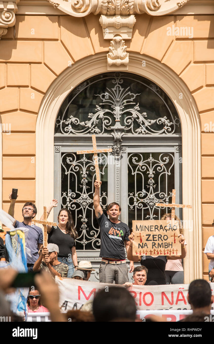 People demonstrating against Vale mining company in front of Vale museum building in Belo Horizonte. Protests against Brumadinho dam disaster. - Stock Image