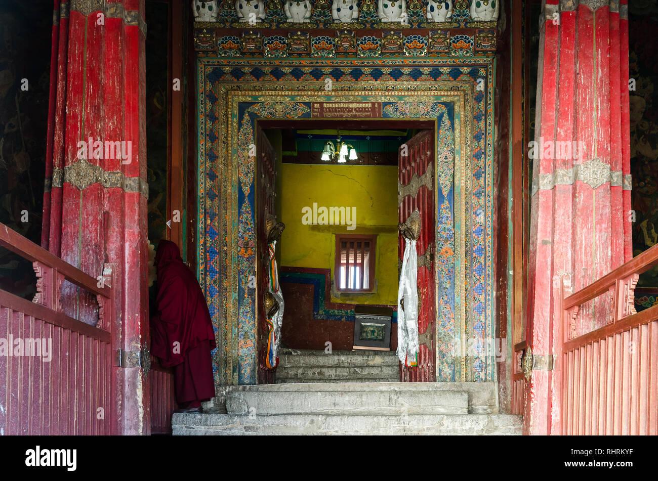 Tibetan Buddhist monk at the entrance of Potala Palace, Lhasa, Tibet - Stock Image