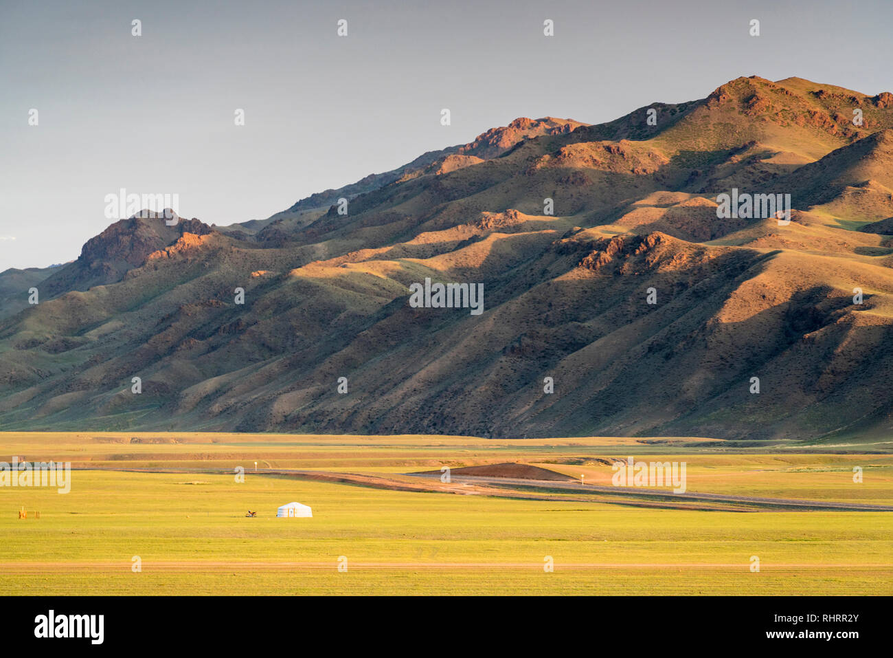Nomadic ger and mountains in the background. Bayandalai district, South Gobi province, Mongolia. - Stock Image