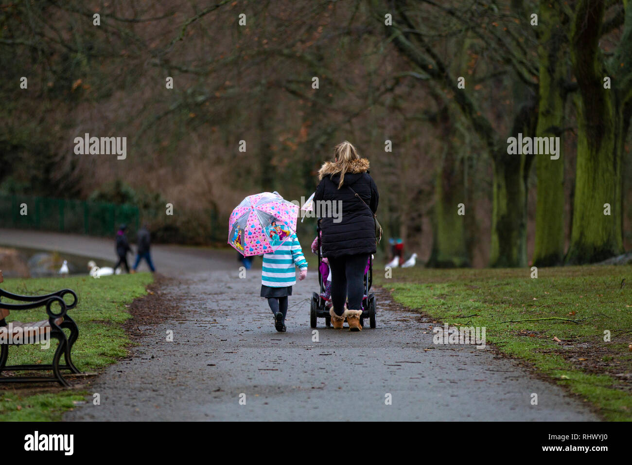 Northampton. U.K. 4th February 2019. Abington Park.  A miserable start to day for children heading off to the primary school this morning after heavy overnight rain. Credit: Keith J Smith./Alamy Live News - Stock Image