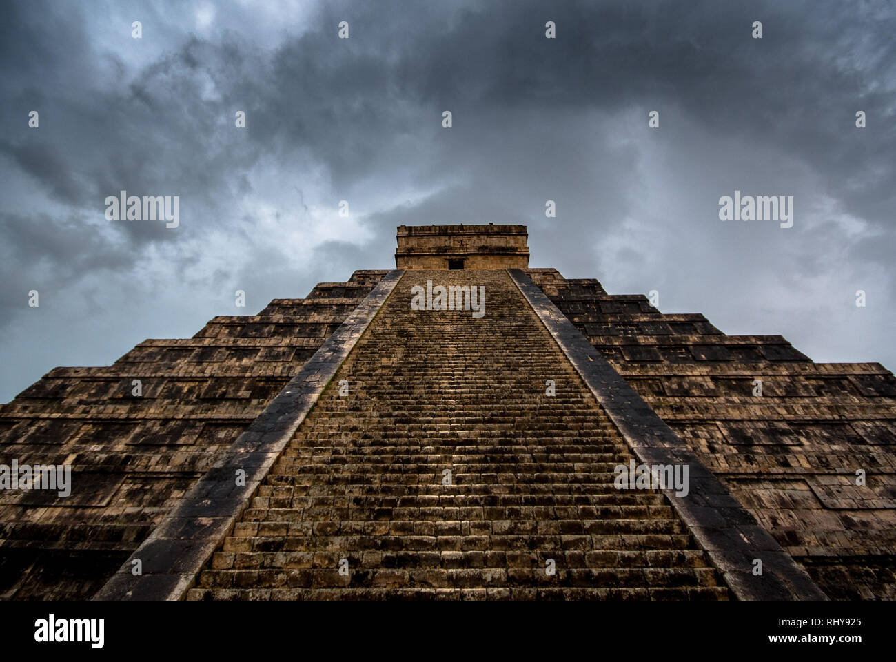 the big pyramide of Kukulcan topped by rain clouds - Stock Image