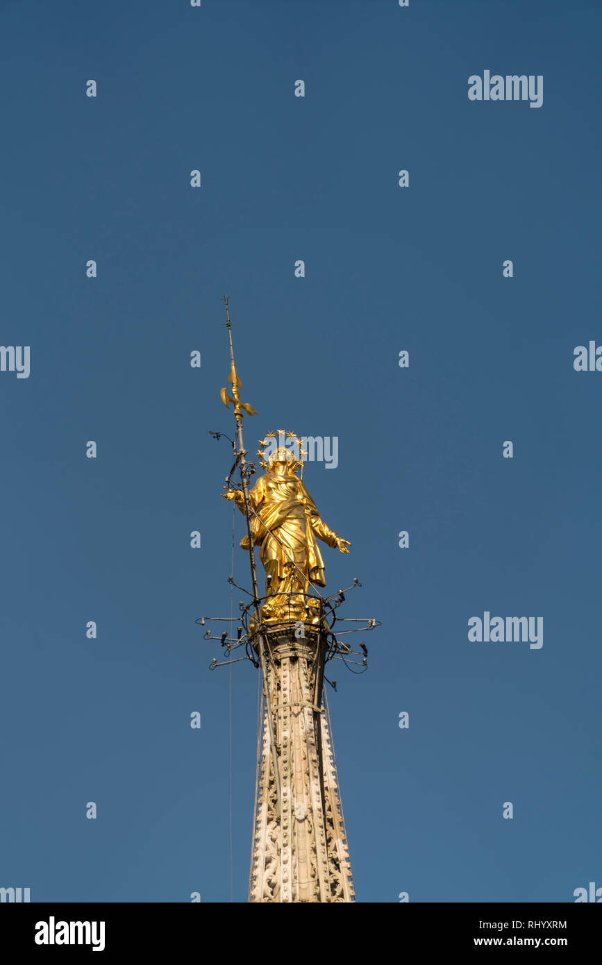 vergoldete Madonna auf dem Turm des Mailänder Dom, Mailand, Lombardei, Italien  |  Gold Madonna at the top of the Milan Cathedral, Milan, Lombardy, It - Stock Image