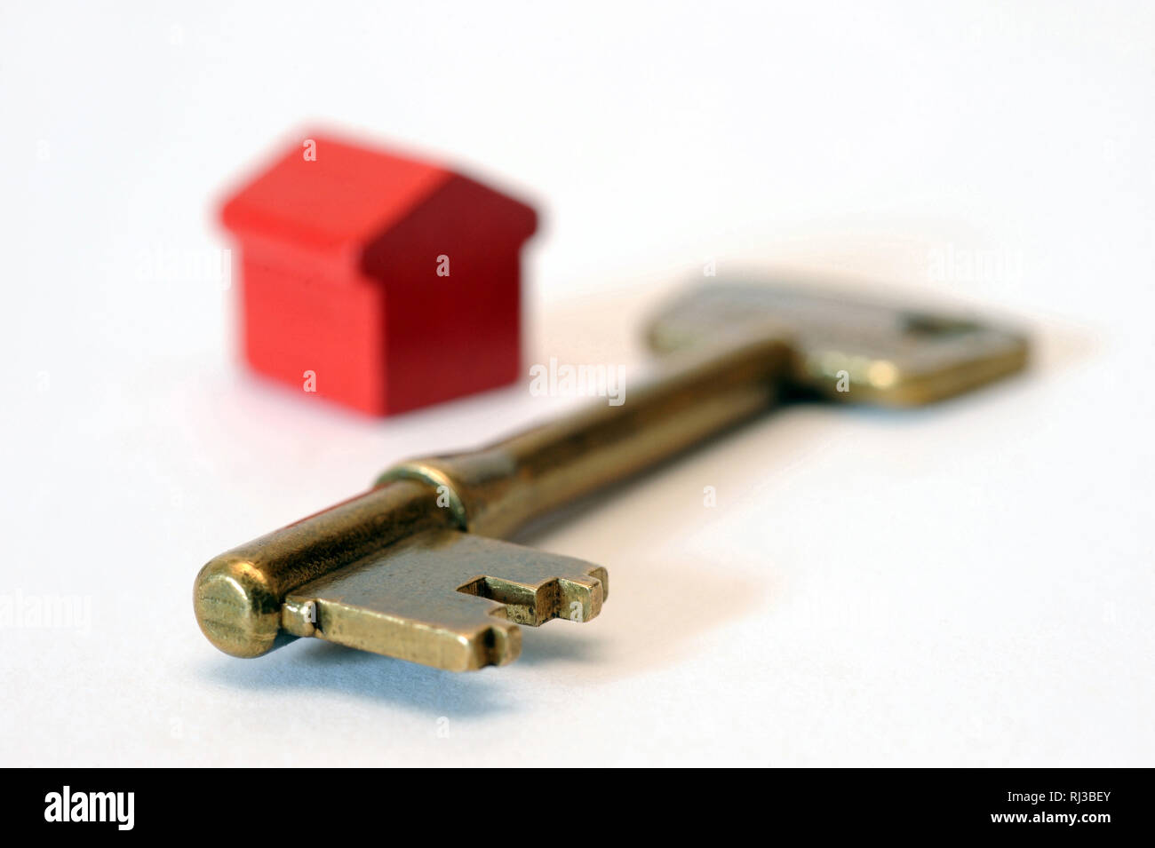 HOUSE KEY WITH MODEL HOUSE RE HOUSING MORTGAGES FINANCE BUYING EQUITY RELEASE SAVINGS ETC UK Stock Photo