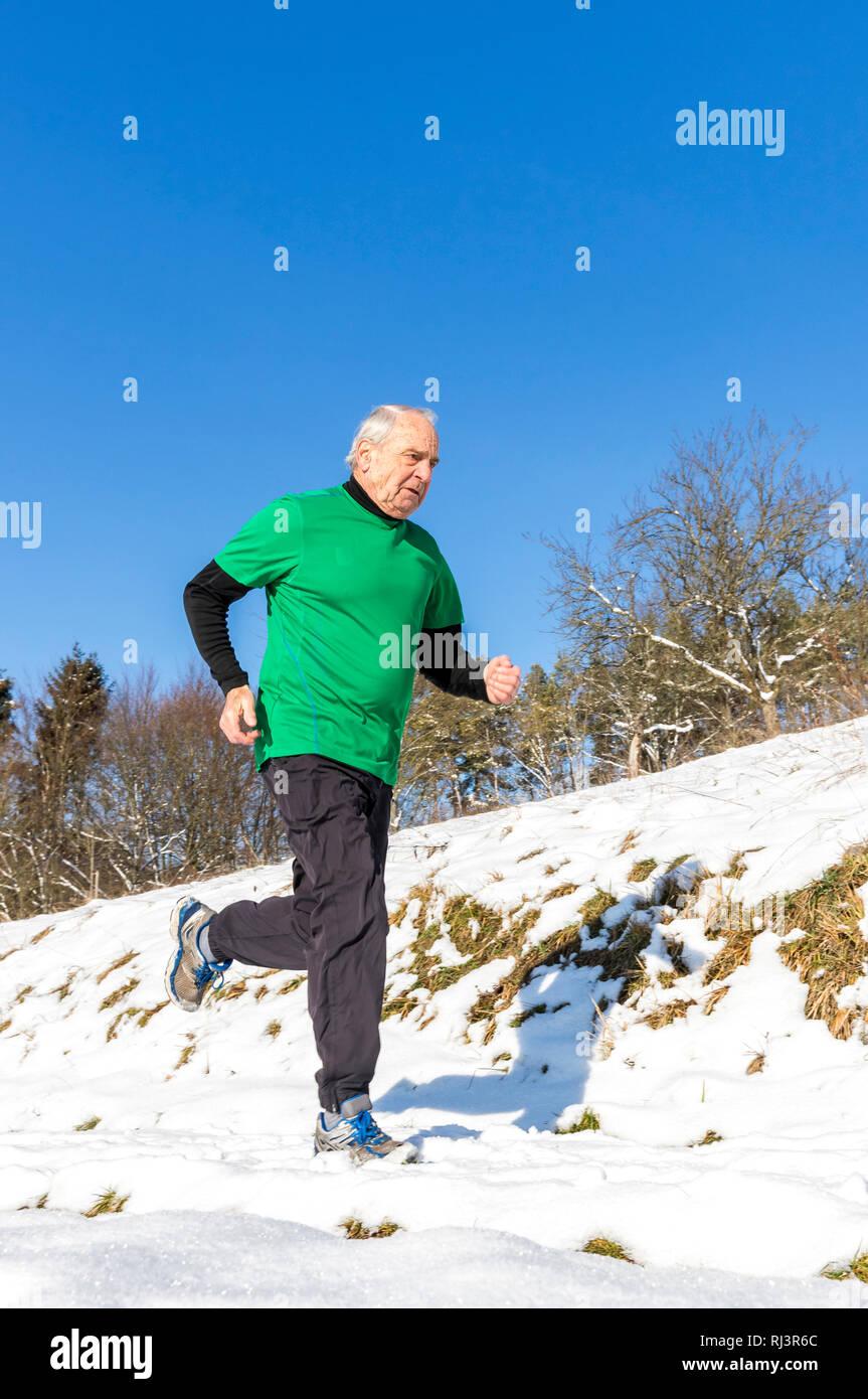 Senior, 70-80 Jahre, kaukasisch, joggen, Schnee - Stock Image