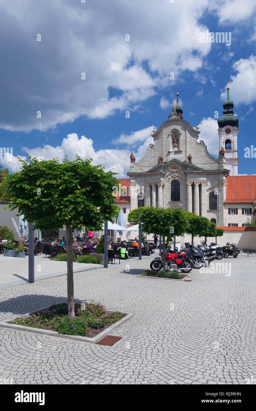 Straßencafe vor dem Kloster mit Barockmünster Zwiefalten, Schwäbische Alb, Baden-Württemberg, Deutschland - Stock Image